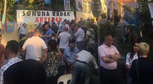 Akşener'in evinin önünde 'geri dön' nöbeti