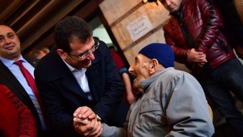 Korumasız gezen İmamoğlu'na Fatih esnafından övgü