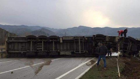 TIR devrildi, D-100 İstanbul-Samsun yönü kapandı
