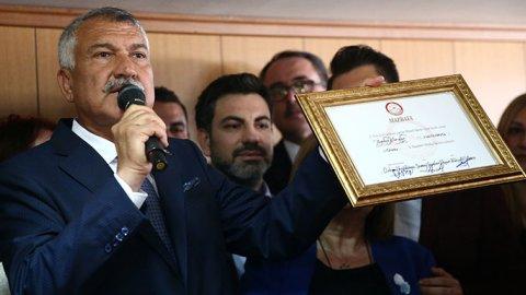 Adana Büyükşehir Belediye Başkanı Zeydan Karalar mazbatasını aldı