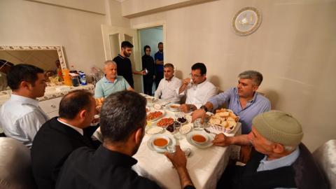Ekrem İmamoğlu, iftarını Gaziosmanpaşa Karadeniz Mahallesi'nde açtı