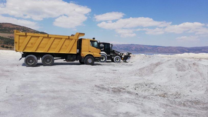 Salda Gölü'nden iş makinaları ile taşınan kumlar bu kez kürekle yüklenerek geri getiriliyor