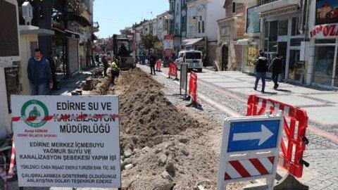 Edirne Belediyesi caddedeki kalabalığı engellemek için altyapı çalışması başlattı