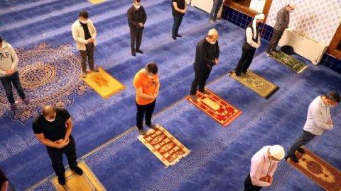 Ankara'da camilerde 100 gün sonra cemaatle ilk sabah namazı kılındı