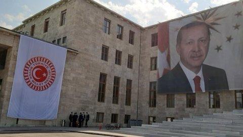 TBMM'de tepki çeken görüntü: Şeref Kapısı'na Erdoğan posteri