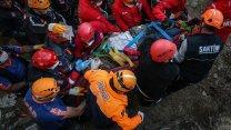 İzmir'de 26 saat sonra 56 yaşındaki Halim Sarı enkazdan sağ kurtarıldı